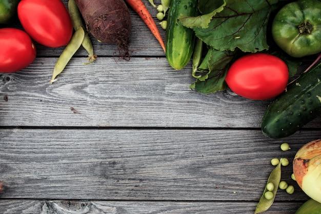 Молодые весенние овощи на деревянной доске сверху