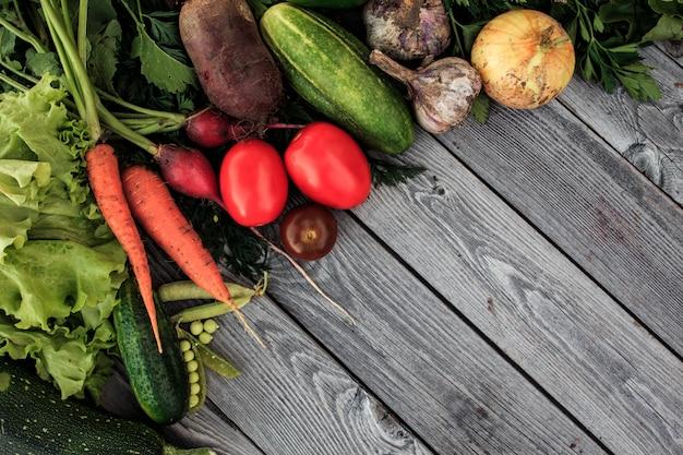 上から木製黒板に若い春野菜