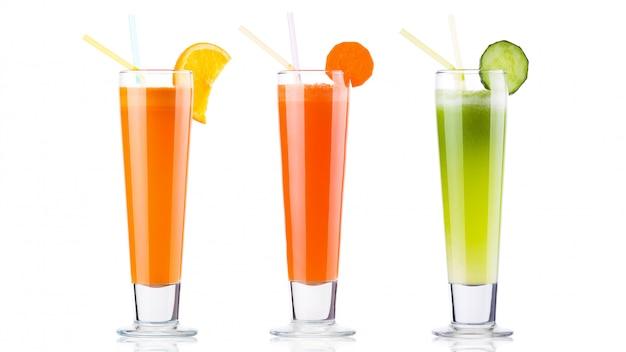 Свежий овощной коктейль на белом фоне