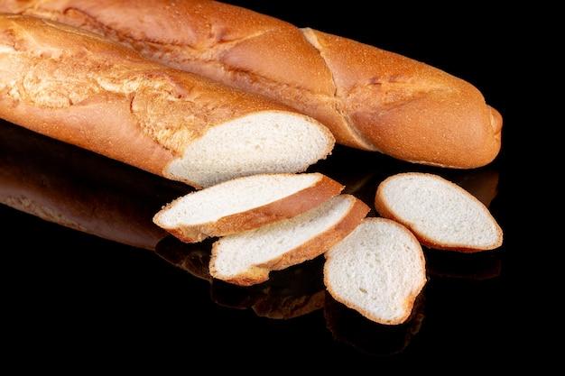 Целый и нарезанный запеченный свежий французский хлеб багета