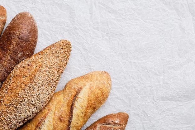 焼きたてのパンとバゲット。ベーカリー製品