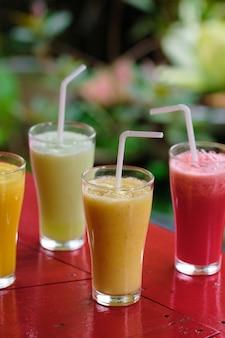 健康的な新鮮な異なるスムージーカクテル飲料。デトックスシェイク