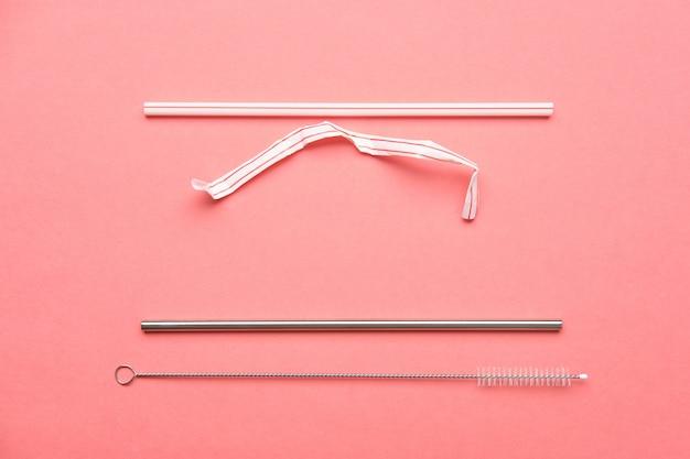 Алюминиевая и пластиковая соломинка для питья и щетка