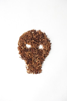 白い背景の上のタバコの頭蓋骨