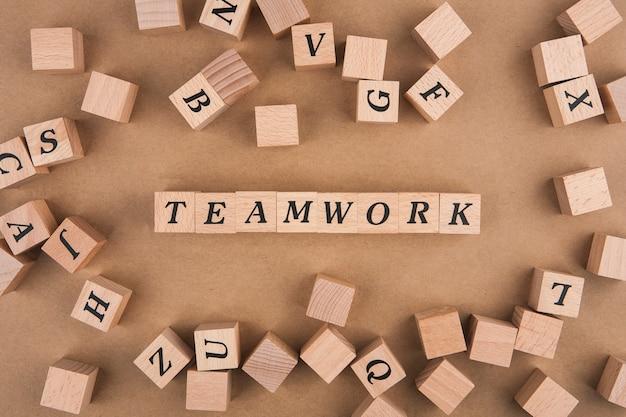 木製キューブのチームワークの言葉