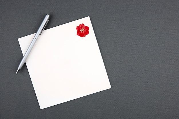 カードと灰色の背景上のペン