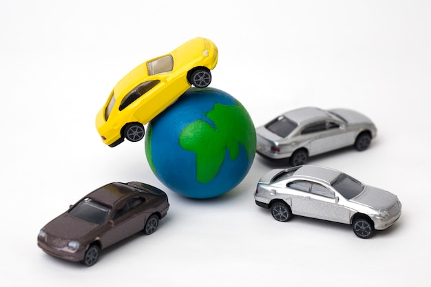 Земля с миниатюрными автомобилями на белом