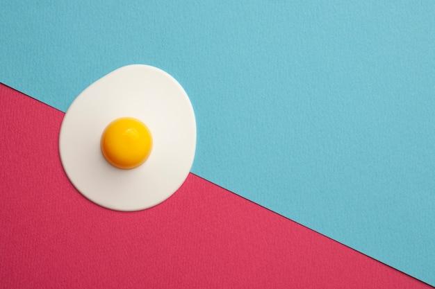 青とピンクの表面にプラスチックの卵