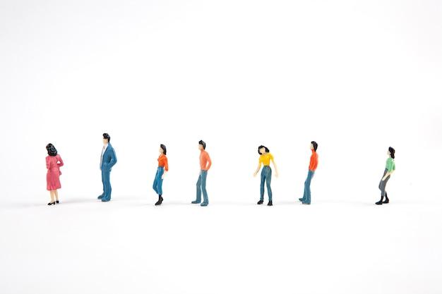Люди стоят в очереди на белом