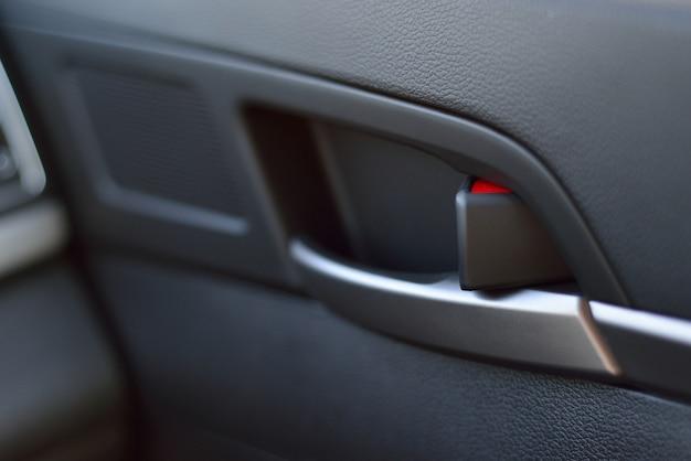 車内ドアハンドル。