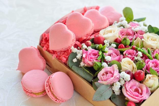 Французский макарон в форме сердца на день святого валентина, с цветами