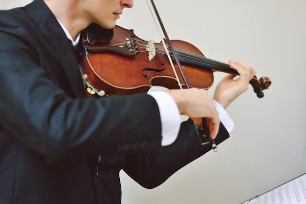 才能あるバイオリン奏者の演奏