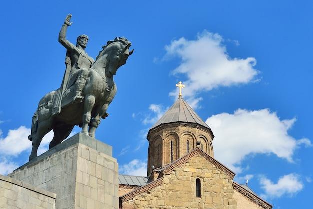 トビリシのメテヒ大聖堂のゴルガサリ記念碑
