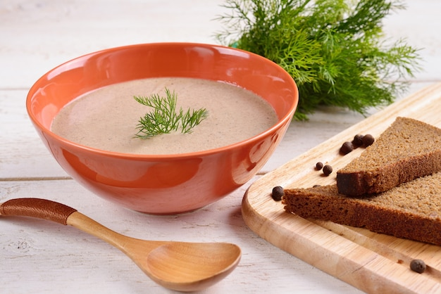 きのこのスープと黒パンのクリーム