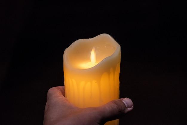 装飾ガラスにろうそくを燃やす。