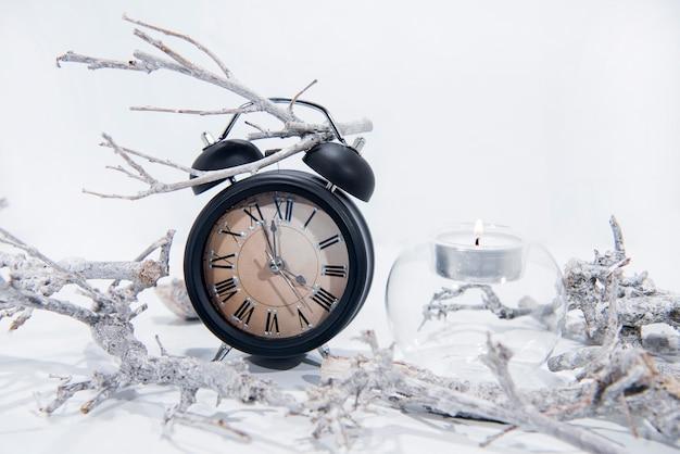 枝と黒のレトロな目覚まし時計