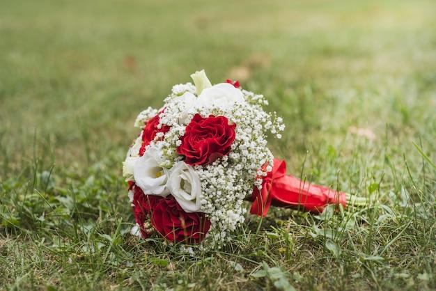 Букет цветов на зеленой осенней траве.