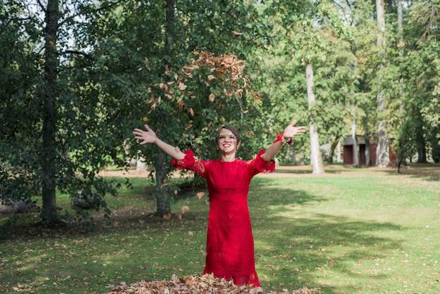 Молодая женщина в красном платье