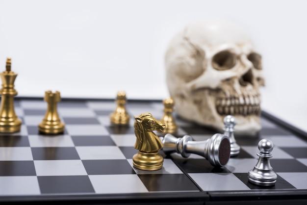 Шахматная доска на белые, золотые и серебряные фигуры