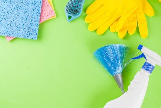 Концепция с поставками, куча чистящих средств чистки дома. концепция работы по дому, на зеленом фоне вид сверху копией пространства
