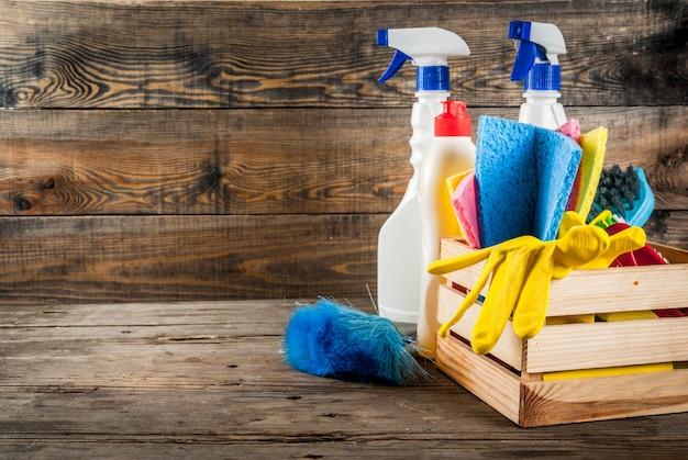 用品、ハウスクリーニング製品の山と春の大掃除のコンセプト。素朴なまたは庭の木製の背景コピースペース上の家事コンセプト