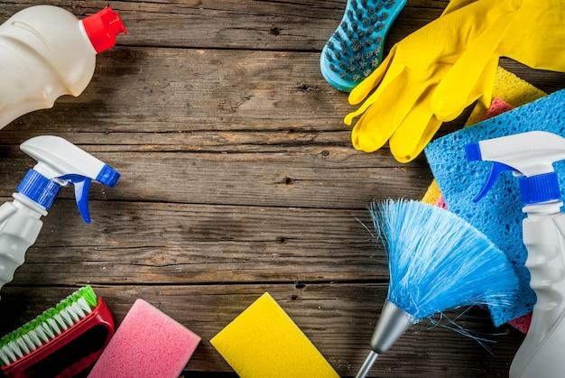 用品、ハウスクリーニング製品の山と春の大掃除のコンセプト。素朴なまたは庭の木製の背景コピースペース平面図上の家事のコンセプト
