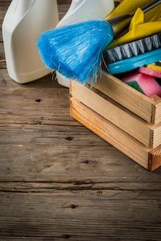 Концепция с поставками, куча чистящих средств чистки дома. концепция рутинной работы, на деревенском или садовом деревянном фоне
