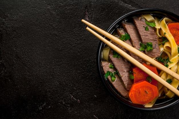 Суп из говядины с лапшой в азиатском стиле