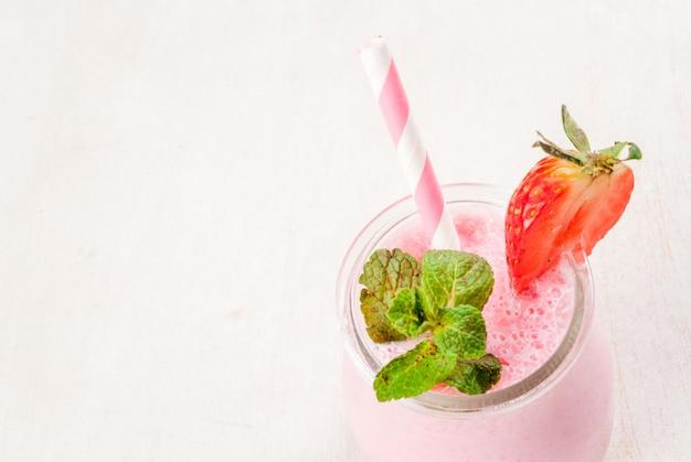 Клубничный молочный коктейль с мятой, в маленькой баночке