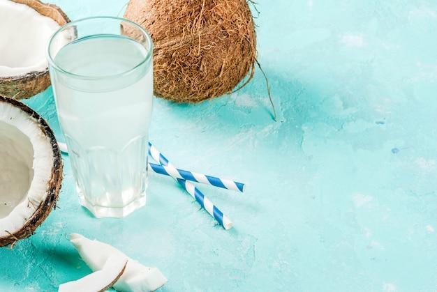 健康食品 。ココナッツ、アイスキューブ、ミント、淡いブルーの新鮮な有機ココナッツ水、