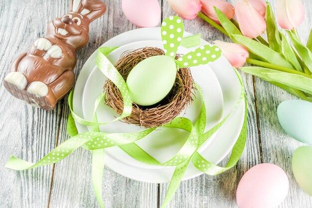 Сервировка стола с пасхальными яйцами и кроликами