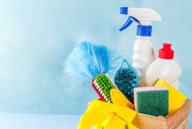 用品、ハウスクリーニング製品の山と春の大掃除のコンセプト。水色の表面コピースペース上の家事のコンセプト