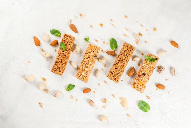 Четыре зерновых батончика мюсли с орехами и фруктовыми ягодами