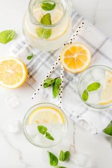モヒート、新鮮なミント、レモンと氷のスライス