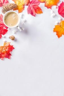 カプチーノまたはホットチョコレートと秋のフラットレイ