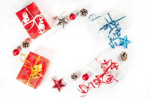 クリスマスギフトボックスと白い背景、トップビューで装飾