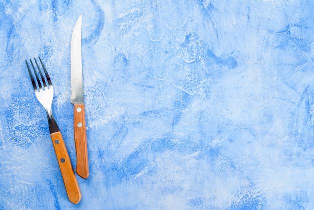 カトラリーと白青テーブル