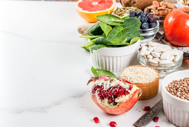 有機健康ダイエット食品、スーパーフード-豆、マメ科植物、ナッツ、種子、野菜、果物、野菜のセット。ホワイトバックグラウンドコピースペース