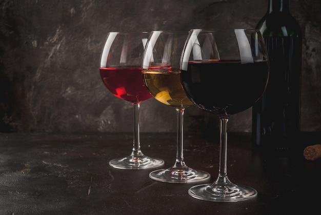 赤、ピンク、白ワインのグラス