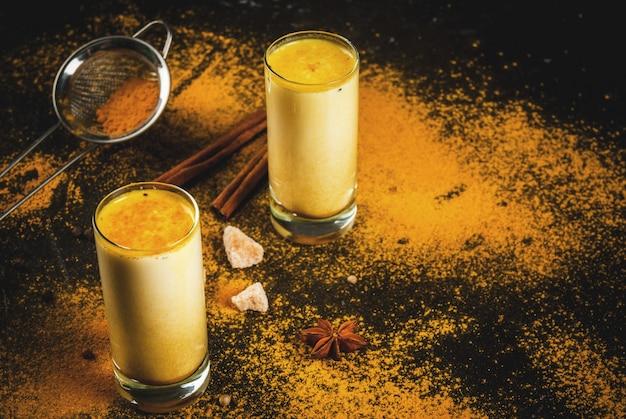 伝統的なインドの飲み物ターメリックミルク
