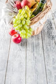 フルーツパンとワインのピクニックバスケット