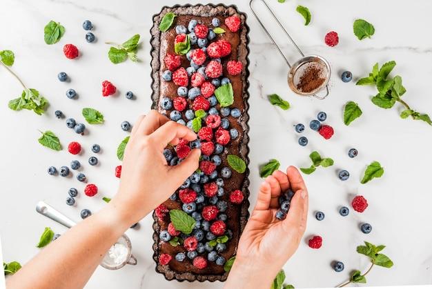 Шоколадный торт с шоколадным кремом и свежими летними ягодами