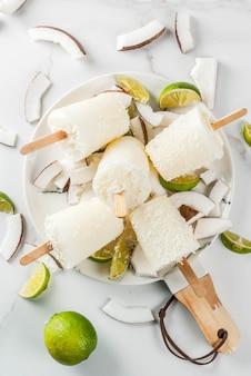 Летние десерты. вегетарианское диетическое питание. фруктовое мороженое с кокосовым и лаймовым фруктами