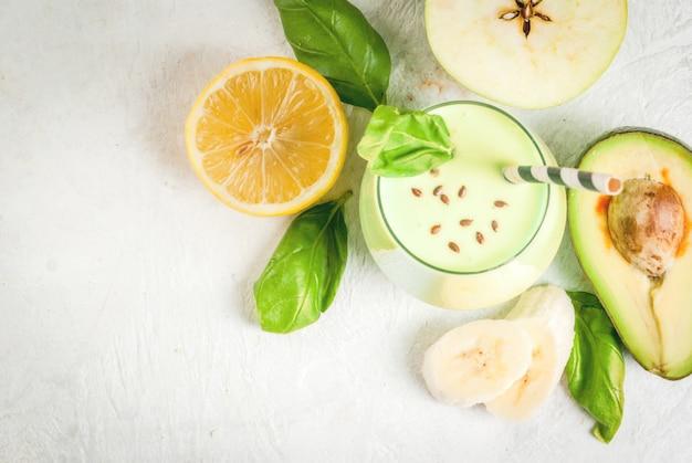 ヨーグルト、アボカド、バナナ、リンゴ、ほうれん草、レモンのグリーンスムージー