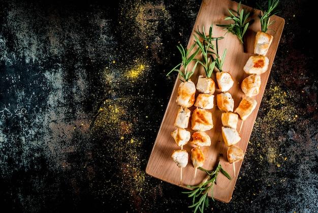 グリル、バーベキュー肉。ローズマリーと鶏の串焼き