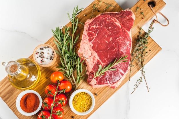 新鮮な生肉、まな板の上の子羊のビーフステーキ、調理用食材