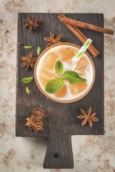 インドの伝統的な飲み物はアイスティーまたはチャイマサラで、チャイ、ミルク、ミントの葉からのアイスキューブ