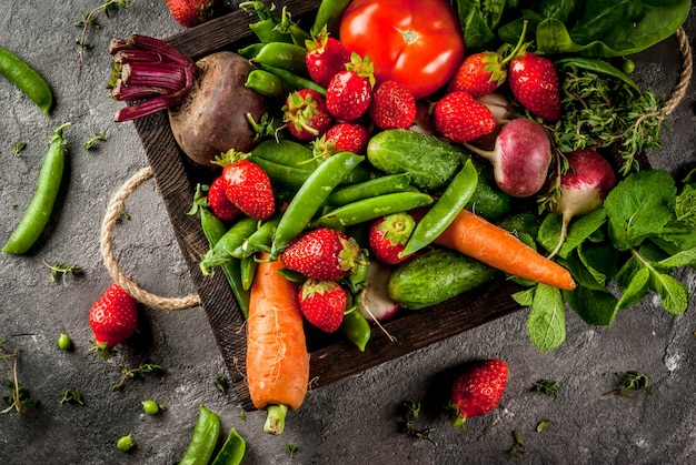 市場。健康的なビーガンフード。新鮮な野菜、果実、野菜、果物