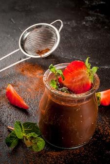 Шоколадный десерт с клубникой и мятой