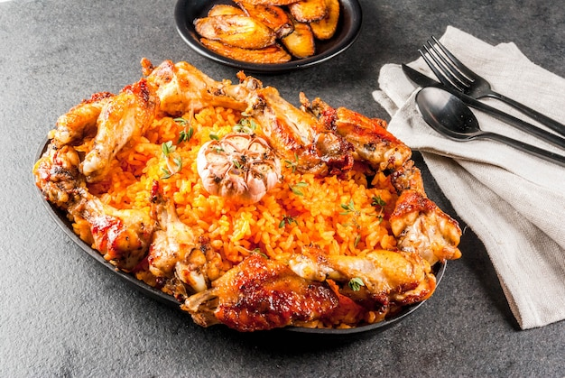 西アフリカの郷土料理。鶏手羽のグリルとバナナのフライドバナナのジョロフライス